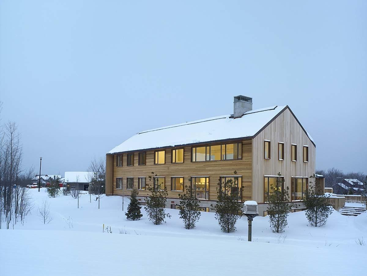 Contemporary Ski Chalet Canada Inspired Its Environment