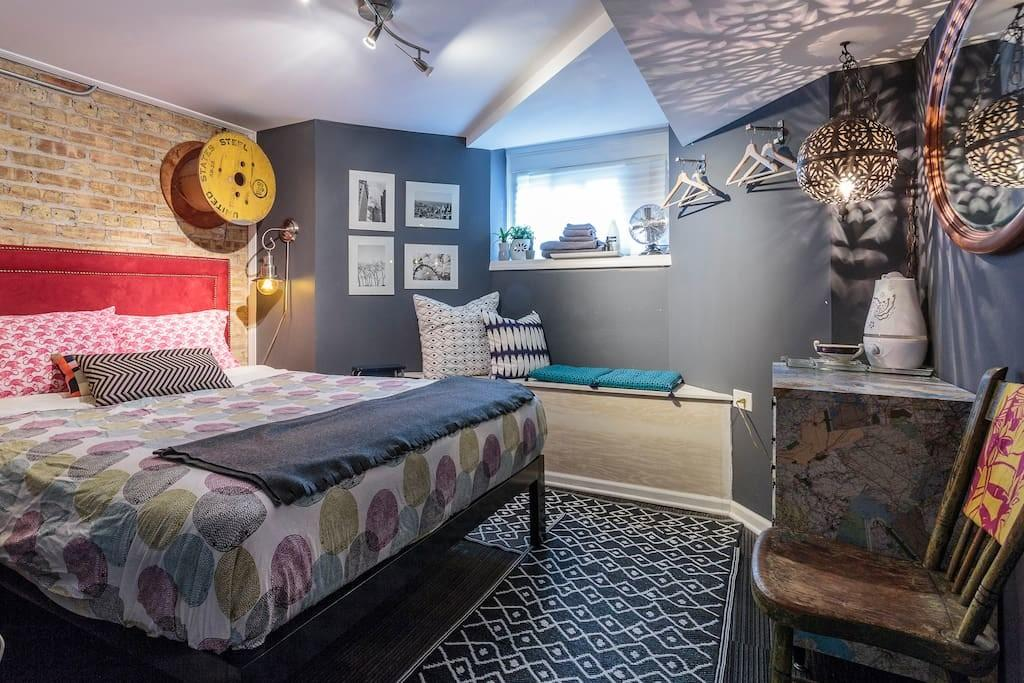 Cozy Queen Perfect Home Base Chicago Trips