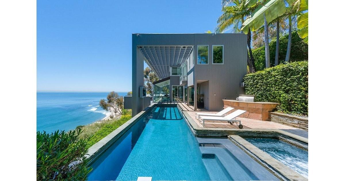 Dramatic Swimming Pool Overlooking