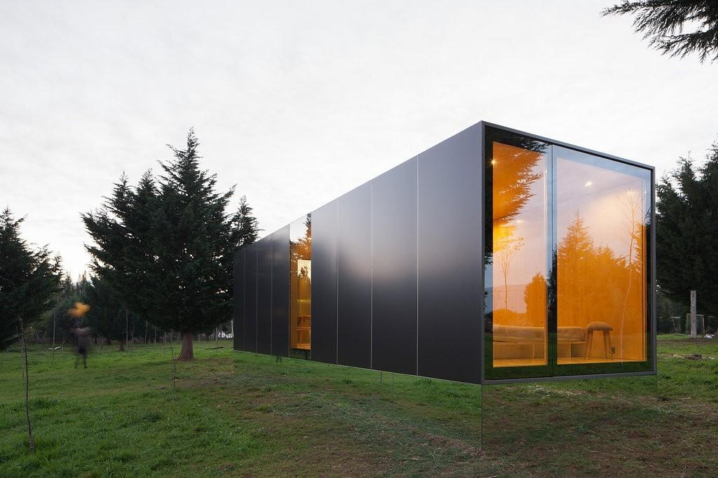 Home Appears Levitate Due Its Mirror Lined Base