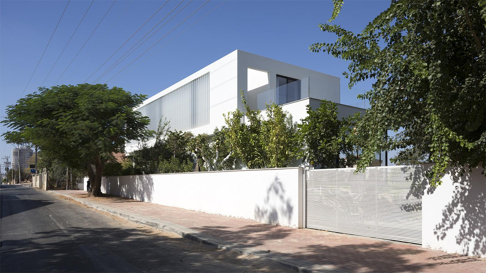 Modern Family Home Israel Seamlessly Connects