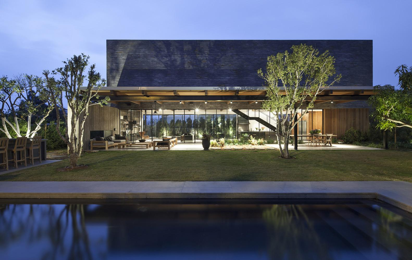 Modern House Israel Dramatic Yet Warm Atmosphere