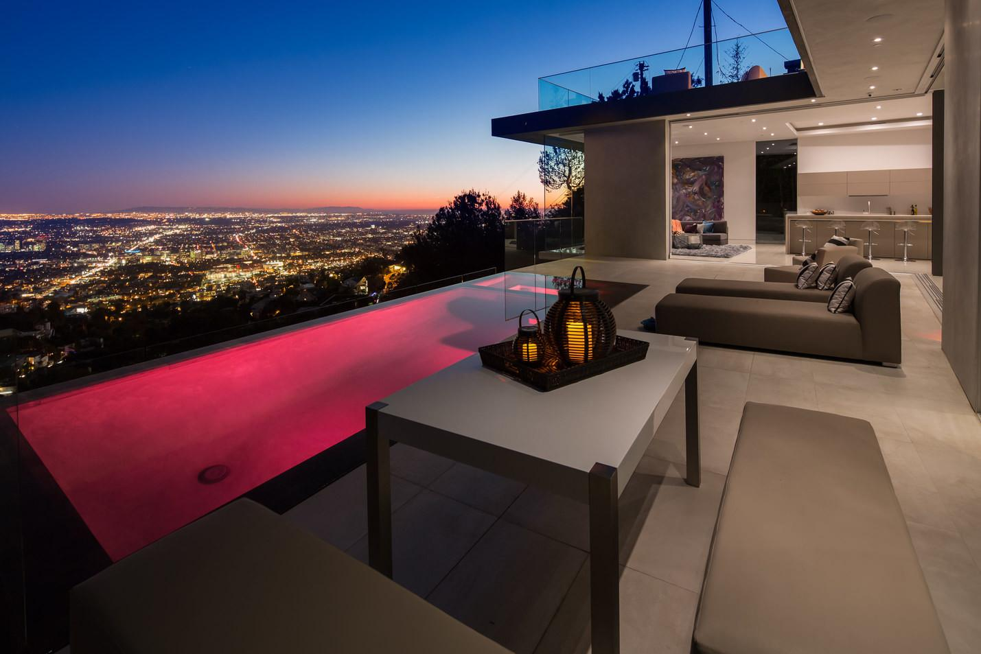 Modern Property Boasting Magnificent Outdoor Living