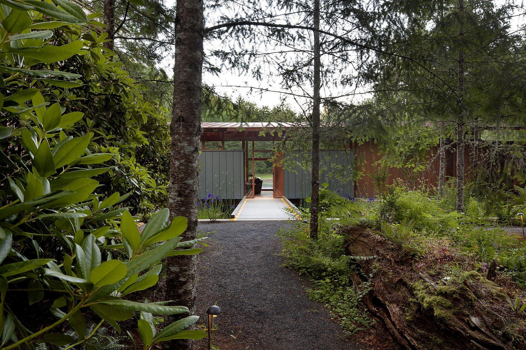 Newberg Residence Exotic Green Escape Built Around Man