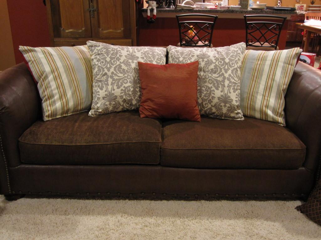 Pillows Couch Rumah Minimalis