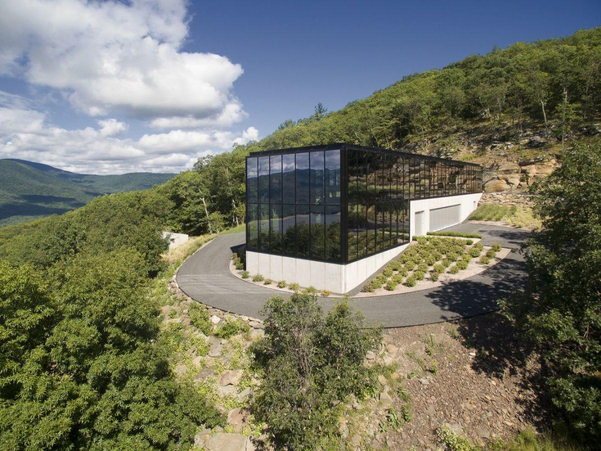 Reflective Glass House Becomes One Nature