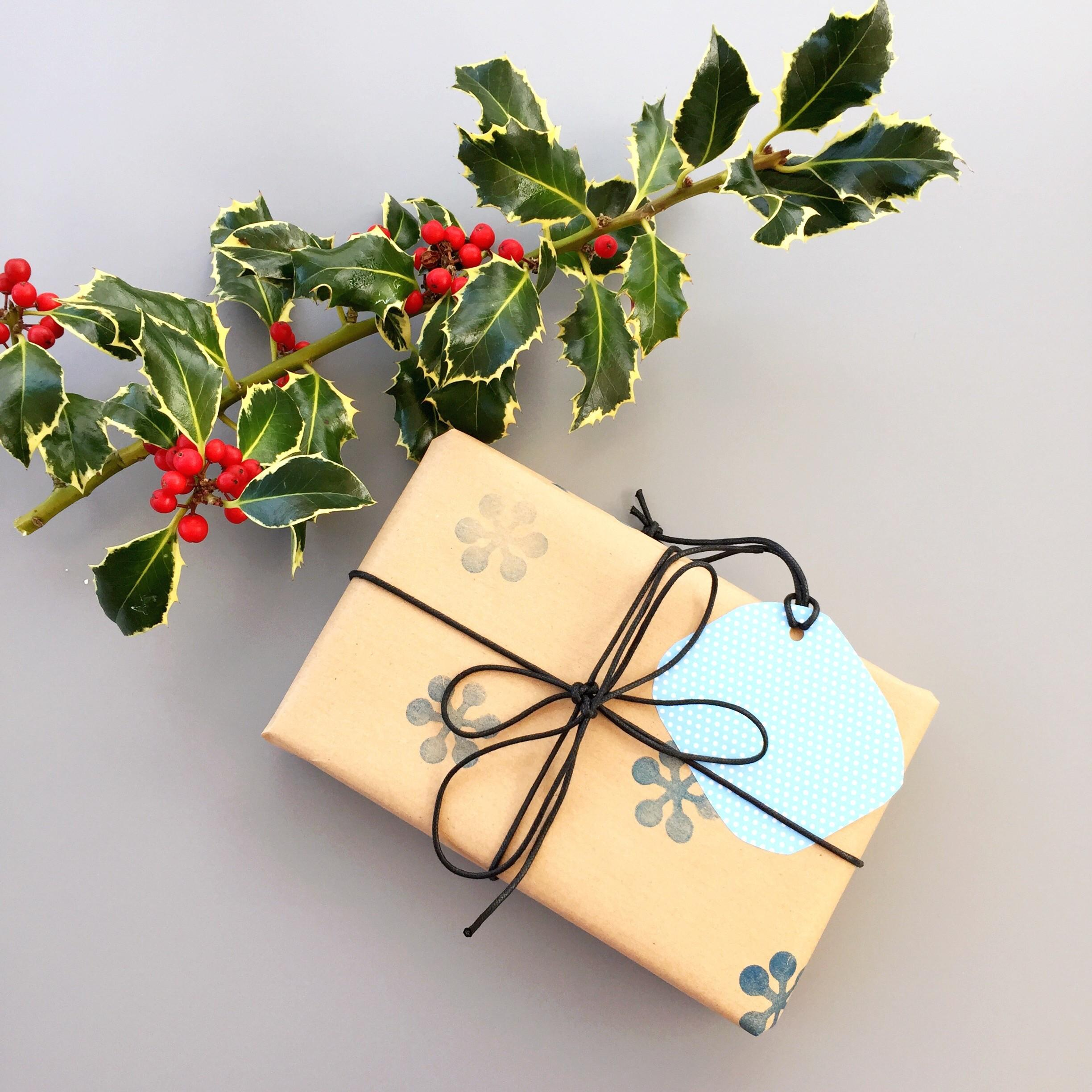 Simple Stylish Homemade Festive Gift Wrap Daisies Pie