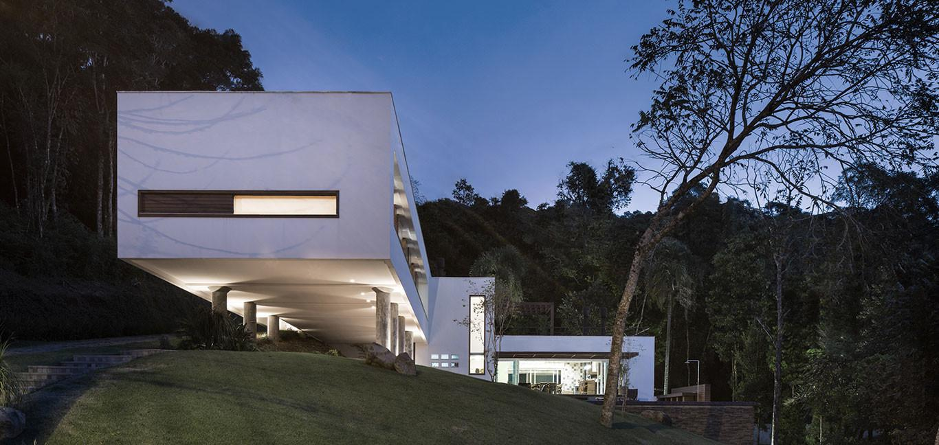 Spectacular Cantilevered House Erechim Brazil Basso