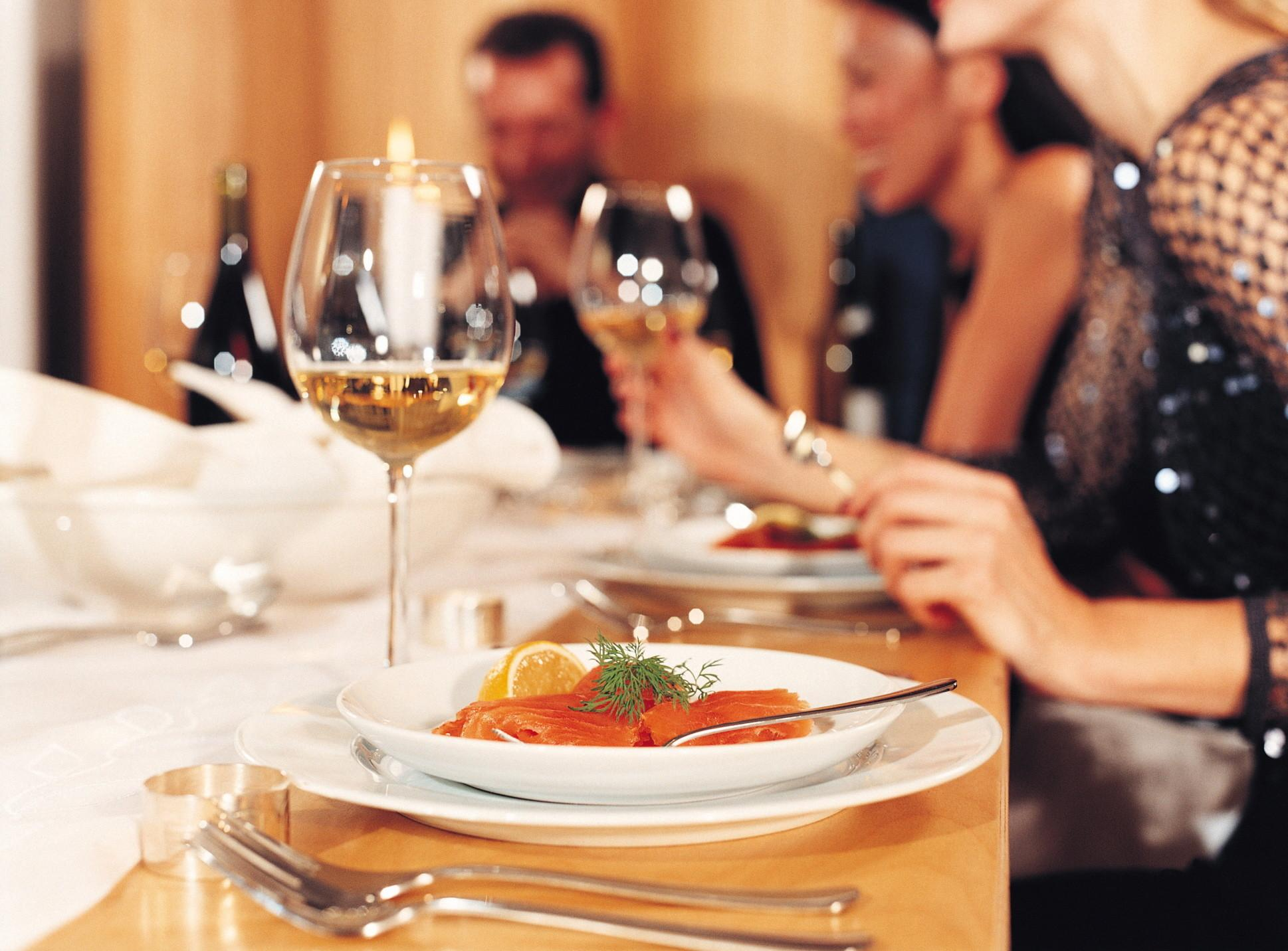 Tips Hosting Autumn Dinner Party Woman Style