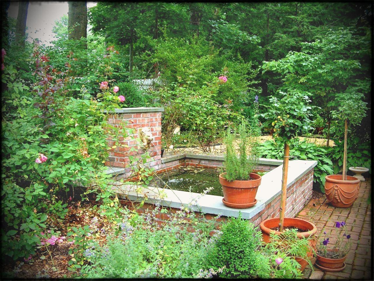 Trellis Boxed Hedges Water Feature English