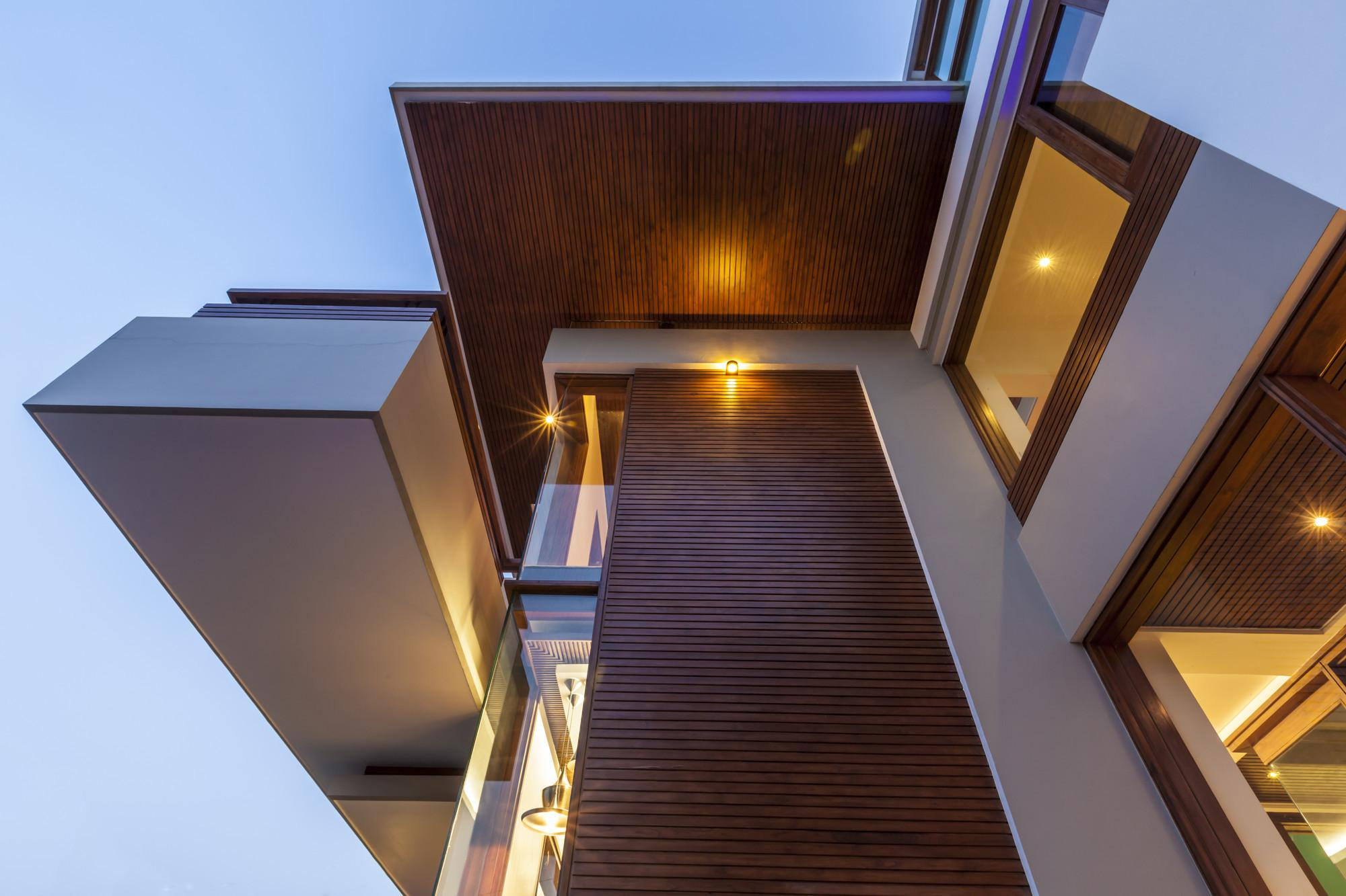 Twin Courtyard House Charged Voids