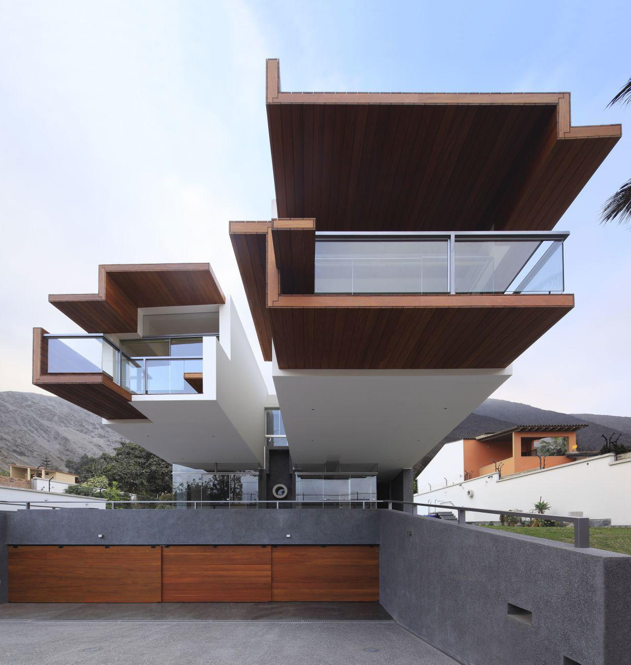 Unusual Cantilevered Home Planicie Lima