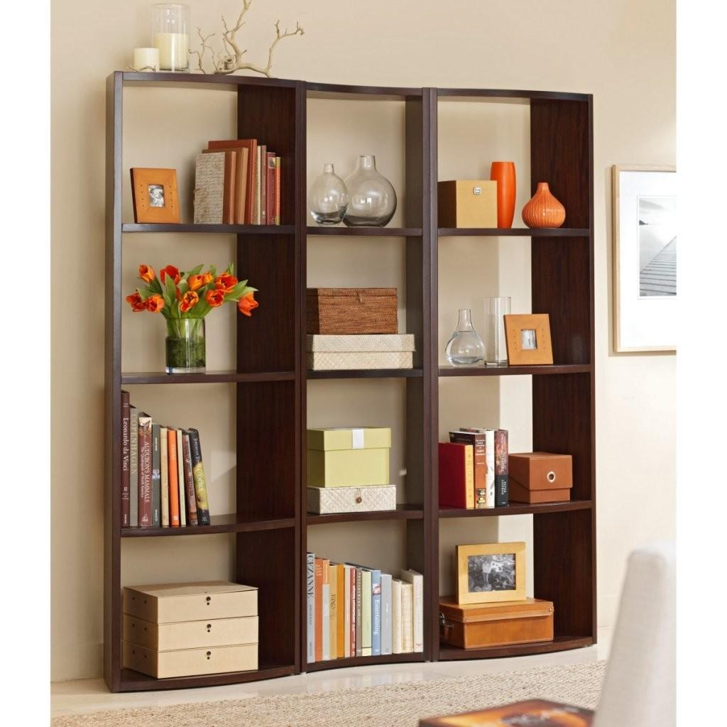 Using Natural Elements Like Flowers Decorate Bookshelf