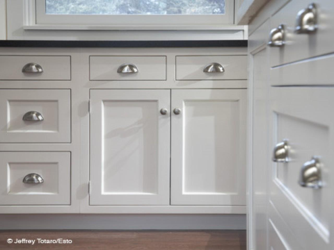 White Kitchen Cabinets Pulls Knobs